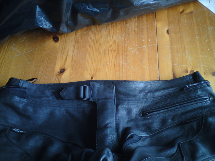 RST leggins waist zip extended before